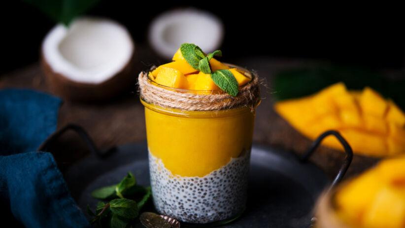 Deser chia z mleczkiem kokosowym i mango: przepis idealny na lato
