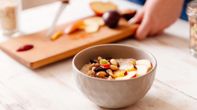 Owsianka ze śliwkami i cynamonem: szybki przepis na jesienne śniadanie