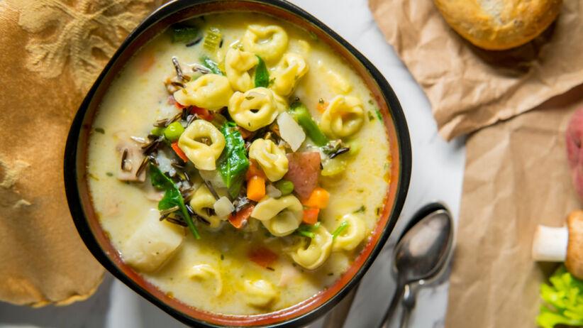 Zupa z tortellini i grzybami - przepis na rozgrzewające i syte danie