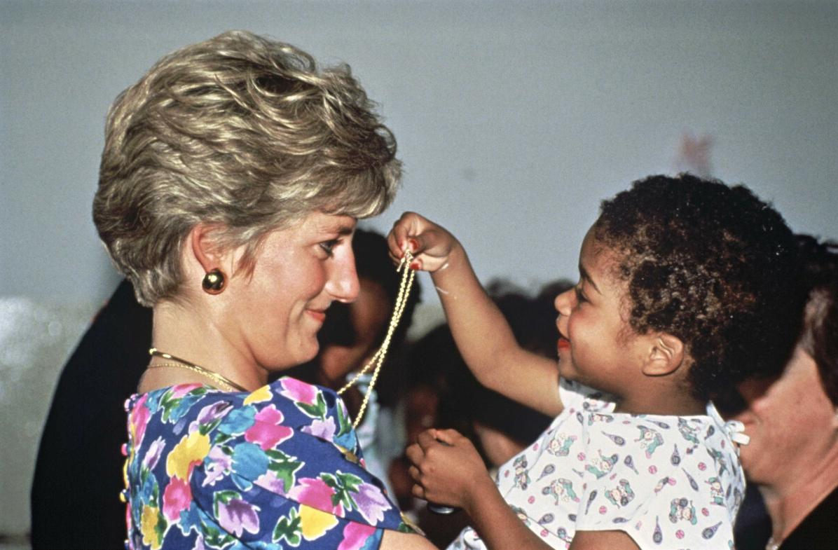 Księżna Diana w jaskrawej sukience z dzieckiem na rękach w Sao Paulo