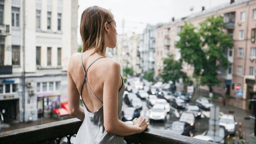 Biustonosz do sukienki bez pleców - jaki wybrać, prosty trik z TikToka