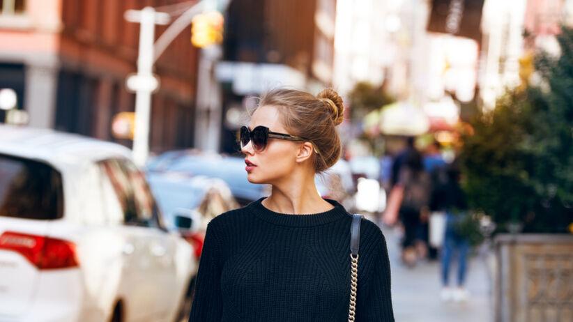 Klasyczny sweter z guziczkami z wyprzedaży w H&M to hit. Kosztuje 22,99 zł
