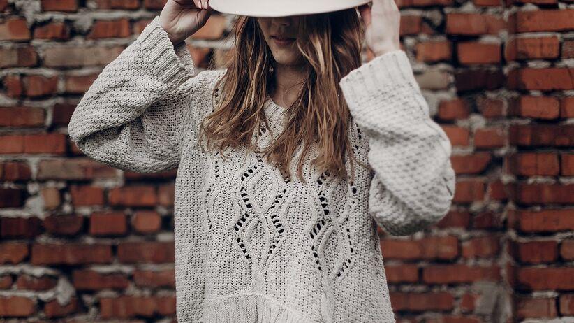 Modny sweter na jesień 2021
