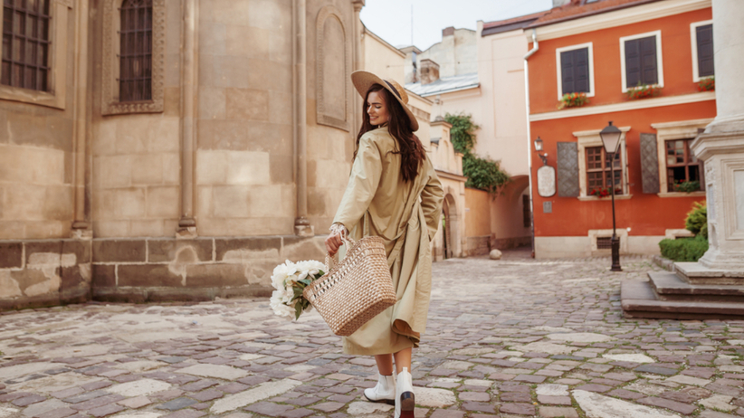 Trendy jesień 2021: trencz z H&M na wyprzedaży za mniej niż 100 zł