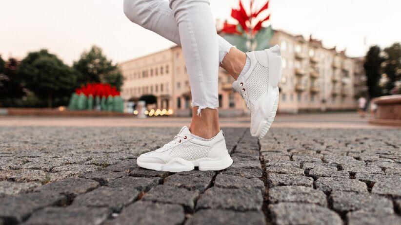 Białe jeansy na lato