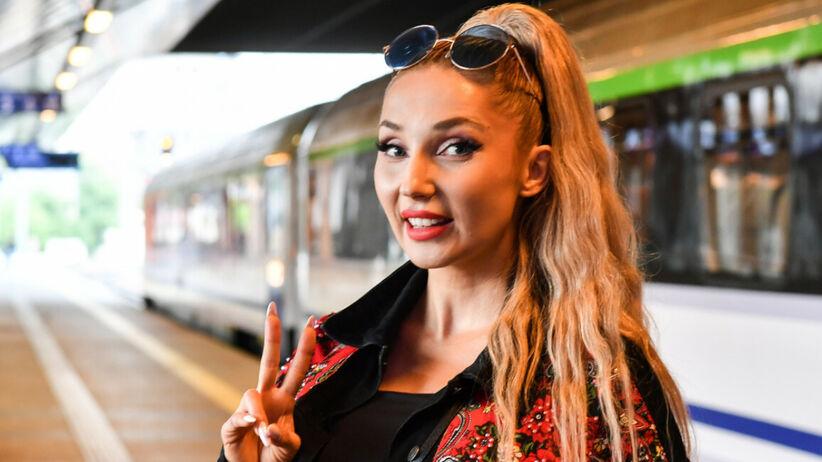 Modne fryzury 2021: Cleo w bardzo modnych lokach w hollywoodzkim stylu