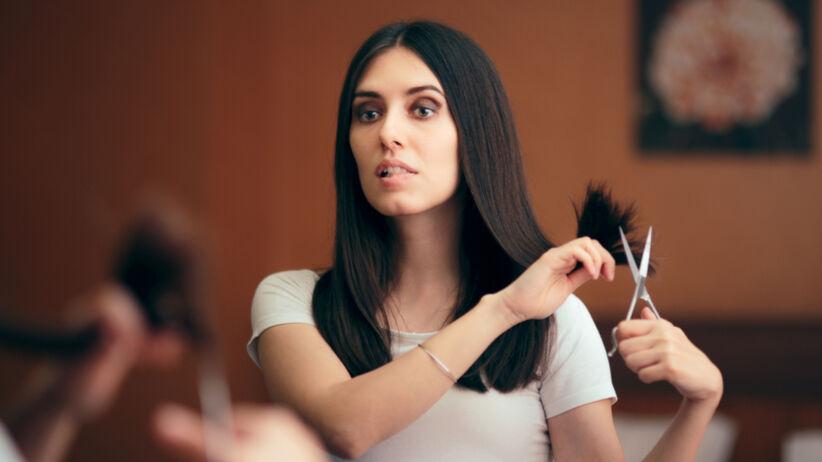 Modne fryzury 2021: trik na ścięcie włosów w minutę to hit TikToka