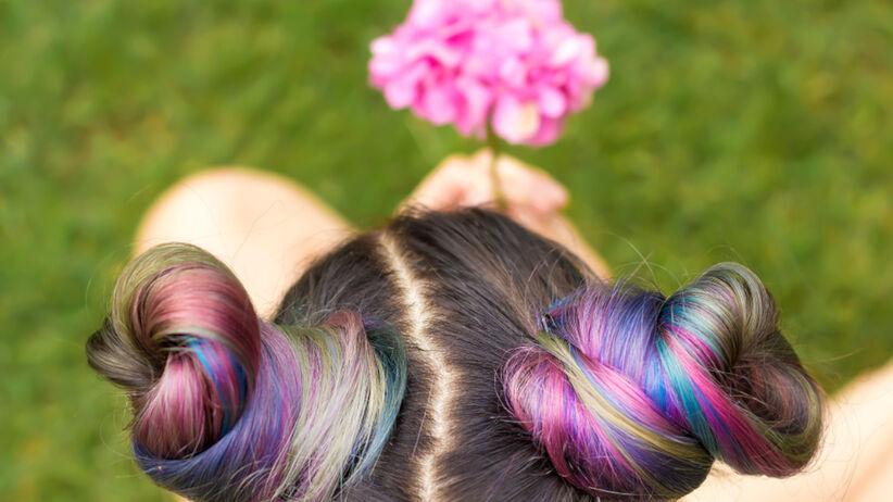 Rainbow hair to modna fryzura na lato 2021 i hit Instagrama