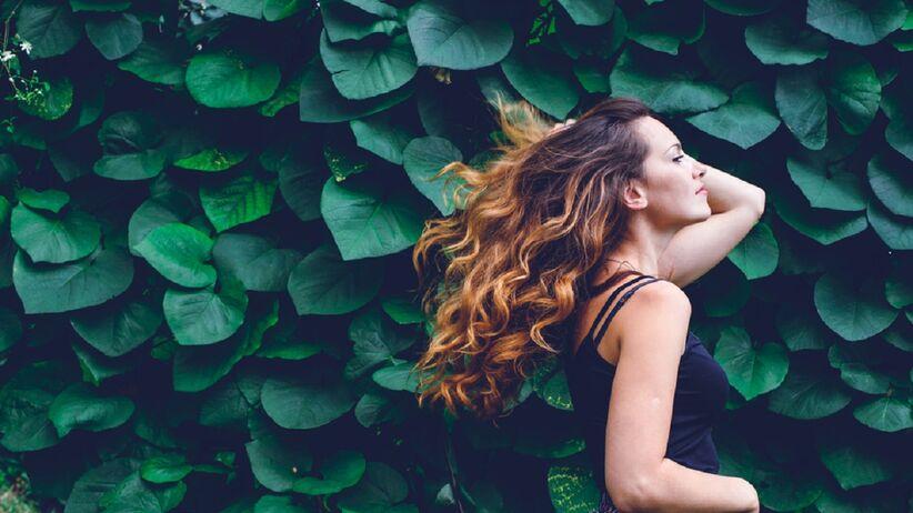 Trik z TikToka na piękne loki. Sprawdź, jak zakręcić włosy za pomocą ołówka i prostownicy