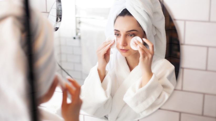 Czym zastąpić płyn do demakijażu? Naturalne produkty do oczyszczenia twarzy