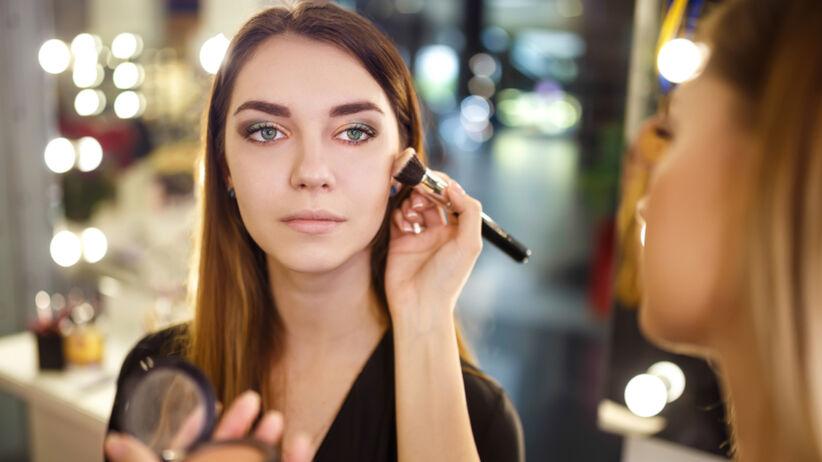 Jak powiększyć oko makijażem? Wystarczy odpowiedni cień