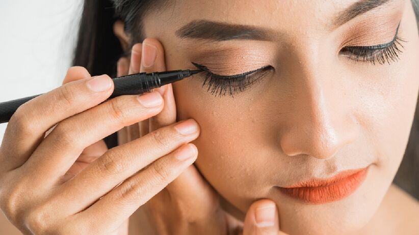 Jak zrobić równą kreskę na oku eyelinerem? Sprawdź ten trik z TikToka