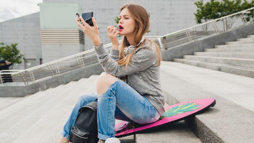 Trik z TikToka: jak idealnie pomalować usta szminką? Ten prosty sposób podbija sieć