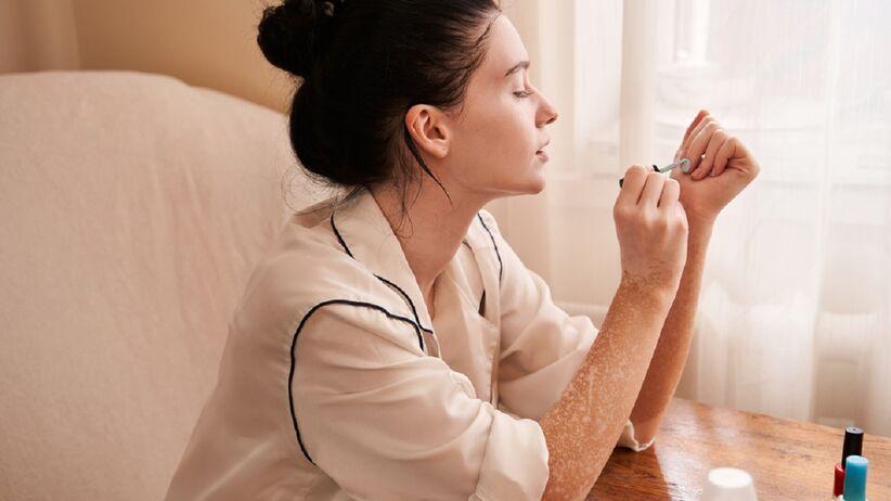 Jak idealnie pomalować paznokcie bez brudzenia skórek? Wypróbuj ten prosty trik