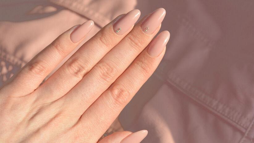 Modne paznokcie na lato 2021 - rhinestone nails