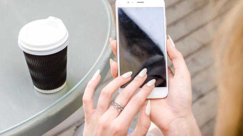 Tiktokerki malują paznokcie na biało. Mają ku temu ważny powód