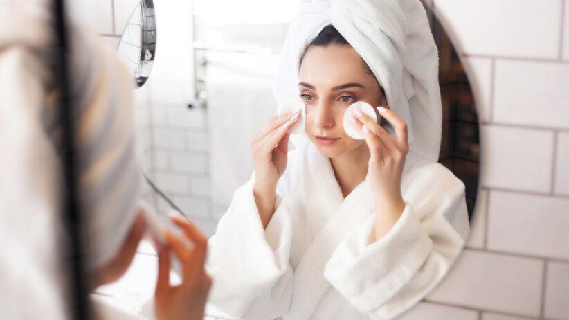 Co się dzieje, gdy źle zmyjemy makijaż? Ten trik może pomóc