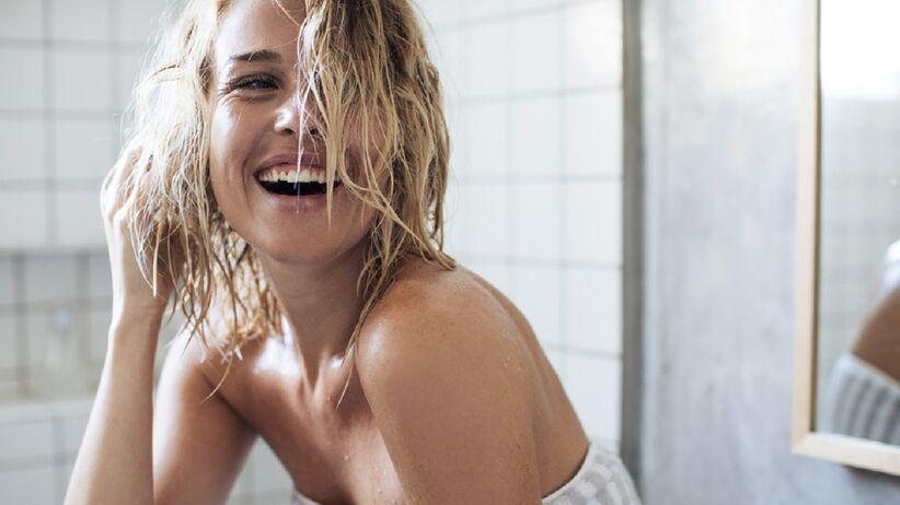 Domowy sposób na lśniące włosy. Wystarczy, że dodasz do szamponu jeden składnik