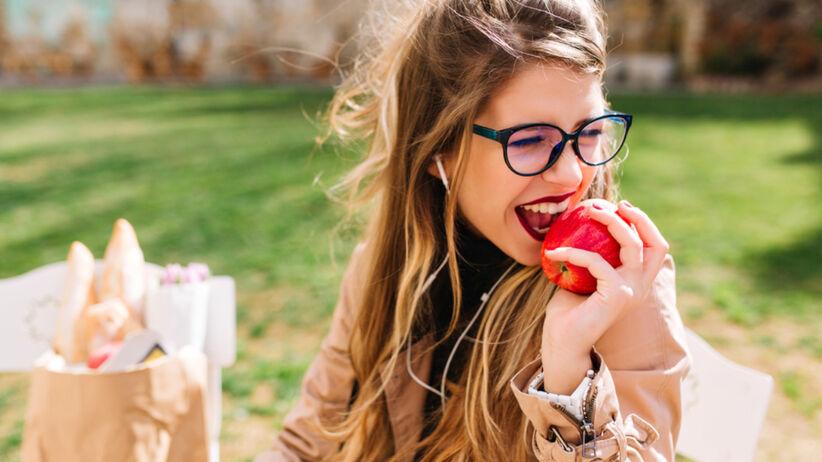 Jadła jabłka codziennie przez cały miesiąc. Jakie efekty zauważyła?