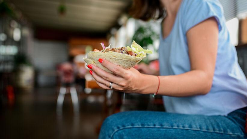 Przez tydzień jadła tylko fast foody. Jakie efekty zauważyła?
