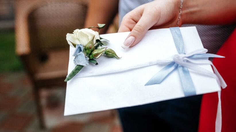 Ile dać na wesele 2021 w kopercie? Chrzestni, świadkowie, rodzice, rodzeństwo, znajomi