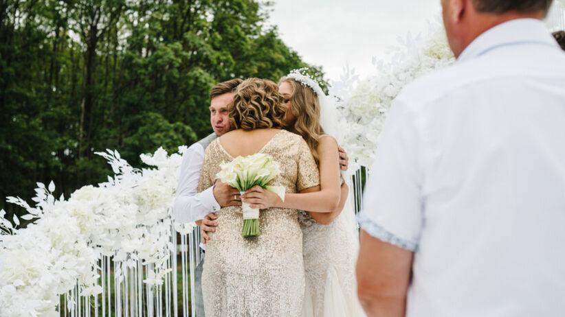 Mama pana młodego założyła białą sukienkę na ślub. Panna młoda się zemściła