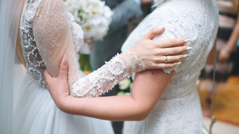 Matka pana młodego na biało na ślubie. Teraz chce sprzedać kreację