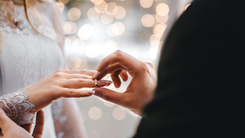 Na której ręce i palcu nosi się obrączkę ślubną i dlaczego? Wyjaśniamy
