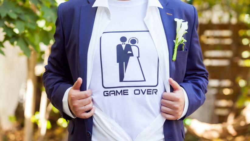 Pan młody przyszedł na wesele w spranej koszulce. Internauci go skrytykowali
