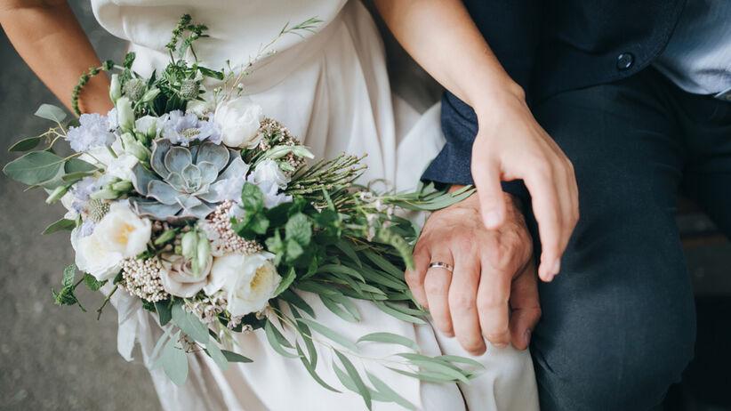 Para młoda ogoliła się na łyso podczas swojego wesela z ważnego powodu