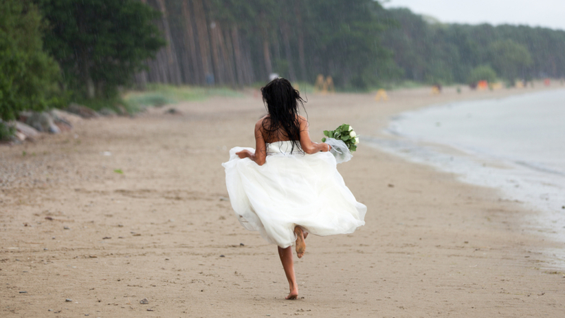 Ta kobieta przebiegła 600 km w sukni ślubnej. Miała ważny powód