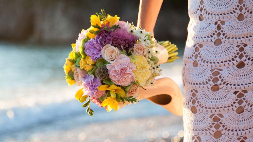 Ta kobieta uszyła swoją suknię ślubną na drutach w drodze do pracy