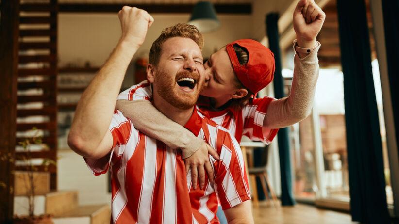 Para kibicuje podczas meczu na Euro 2020