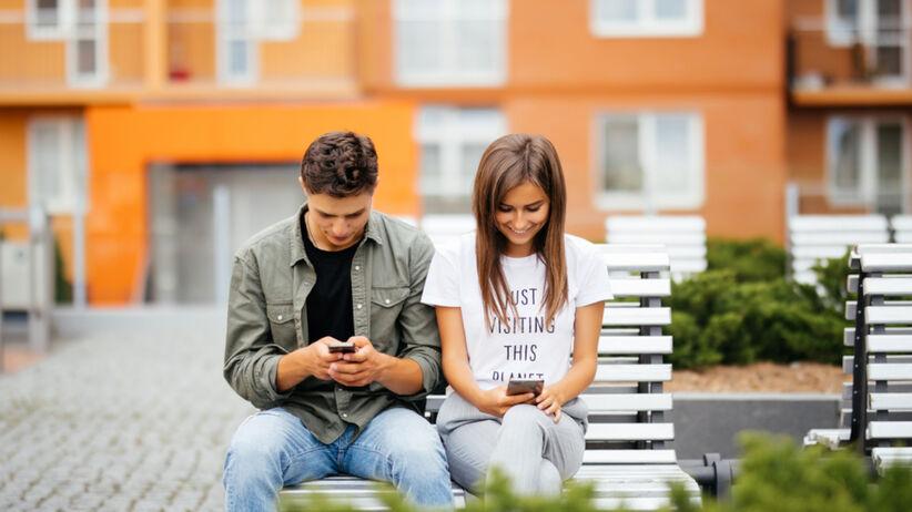 Schmooze: nowa aplikacja randkowa. Łączy w pary przy pomocy memów