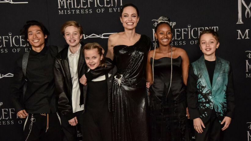 Angelina Jolie z dziećmi na czerwonym dywanie