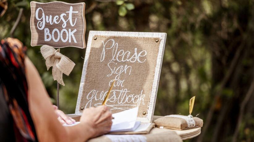 Wpis do księgi gości na wesele dla pary młodej. Najpiękniejsze życzenia i cytaty